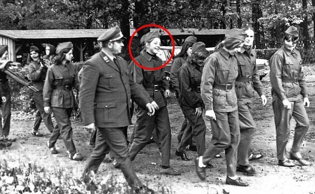 Name:  merkel-1972-in-communist-uniform.jpg Hits: 719 Größe:  113,3 KB