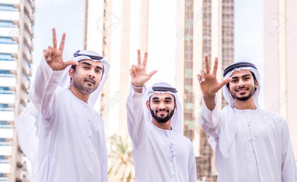 Name:  79807812-drei-arabische-männer-im-freien-geschäftsleute-zu-fuß-und-reden-in-dubai.jpg Hits: 235 Größe:  104,1 KB