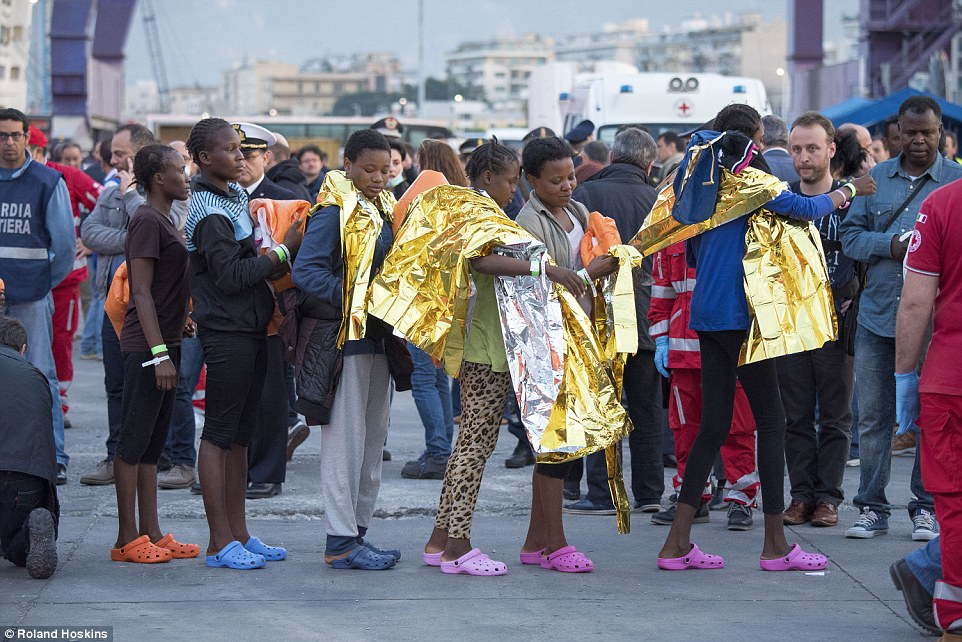 Name:  332B5B7A00000578-3539484-Handouts_These_women_were_among_the_first_to_disembark_in_the_po-a-71_1.jpg Hits: 115 Größe:  198,8 KB