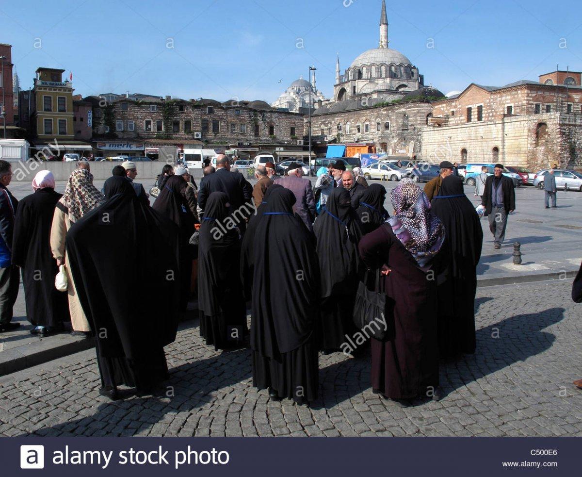 Name:  turkei-istanbul-sultanahmet-alte-stadt-turkische-muslimische-islamische-frauen-mit-traditionelle.jpg Hits: 34 Größe:  215,1 KB