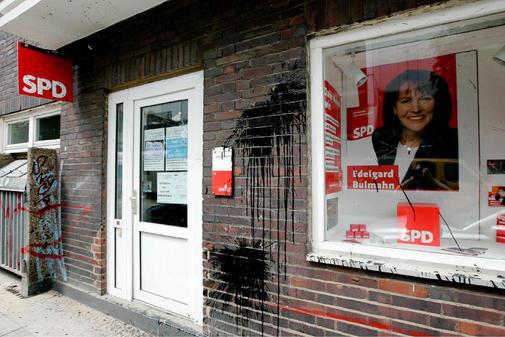 Name:  SPD-Parteibuero-in-Linden-mit-Steinen-und-Farbe-beworfen_ArtikelQuer.jpg Hits: 410 Größe:  47,1 KB